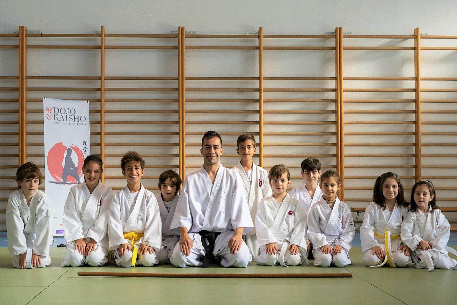 alumnos felices de karate en escuela dojo kaisho
