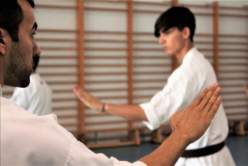 alumno y profesor de karate en escuela dojo kaisho
